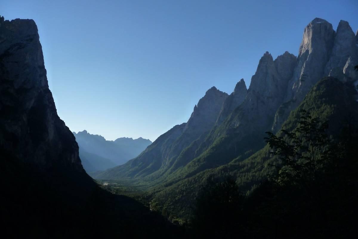 """Poco prima di giungere a Pont si può ammirare la Valle di San Lucano col suo classico profilo ad """"U"""", a sinistra le Pale di S. Lucano a destra l'Agner (Foto D. G.)."""
