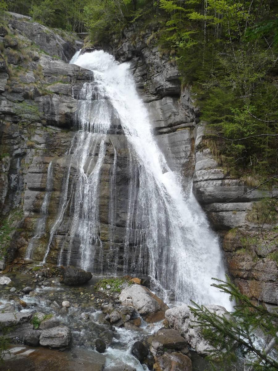 Cascata di Pont un salto di circa 30 metri scavato su strati del Calcare di Morbiac (foto D.G.).