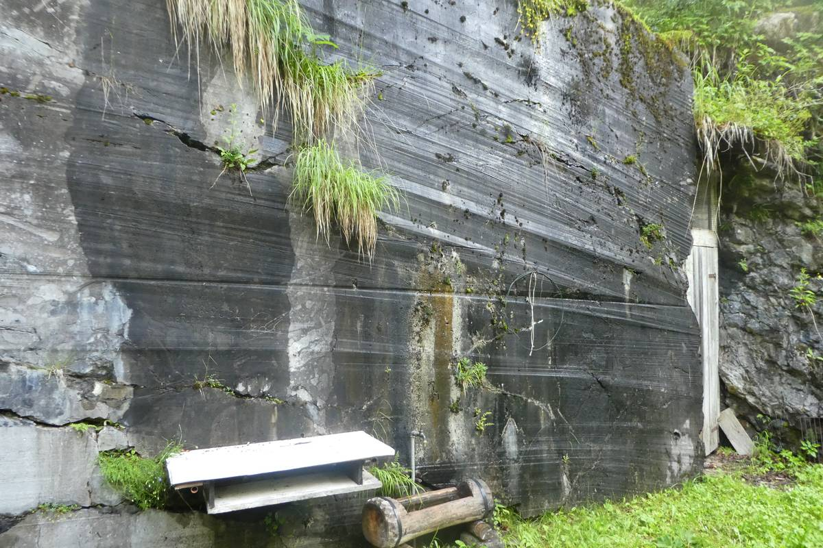 Wall in one of the quarries where cutting traces left by rotating wire are clearly visible (photo DG).