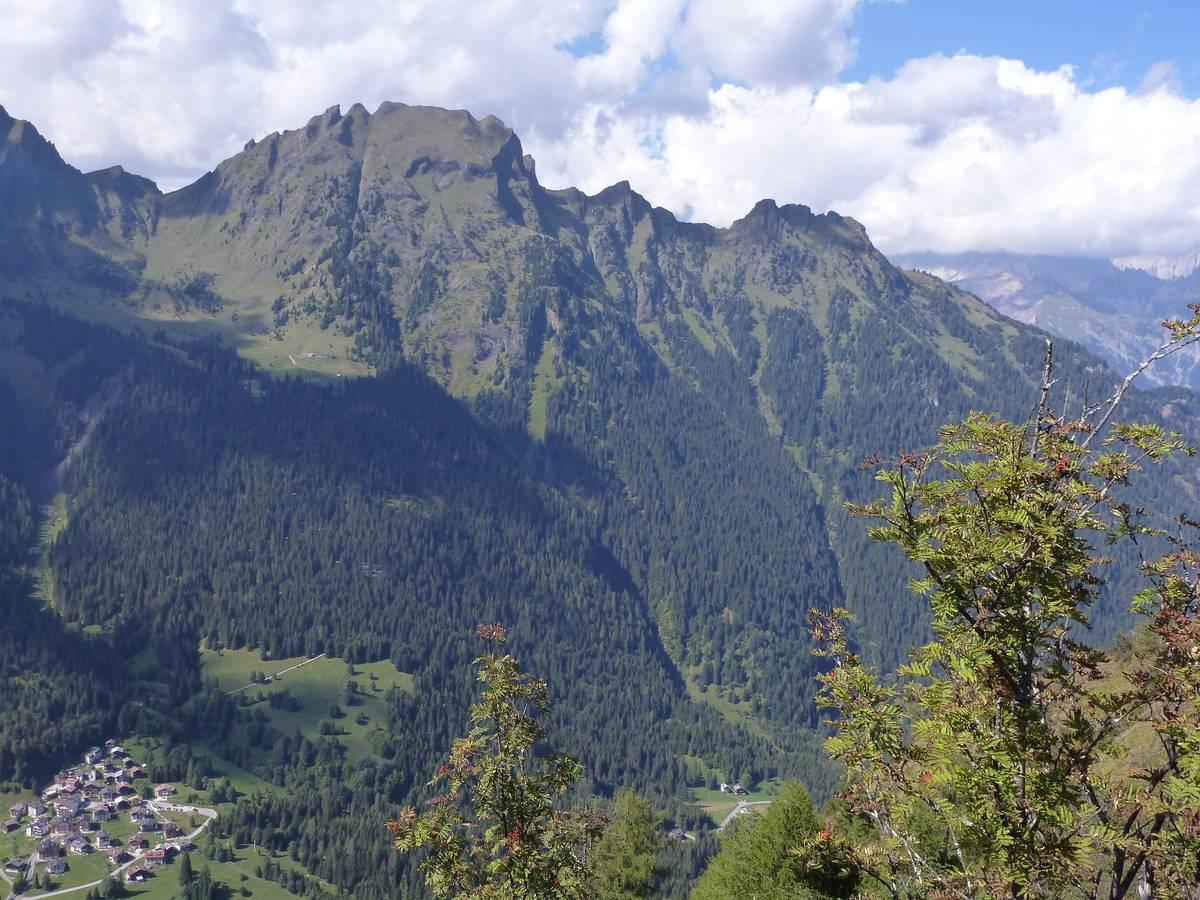 Fig. 70. Cimon della Stia e Val Garès. Il Cimon della Stia è composto per la porzione superiore da rocce vulcaniche (lave a cuscini) e vulcanoclastiche. Malga Stia, visibile sulla sinistra, è ubicata su un terrazzo di contatto glaciale (foto D.G.).