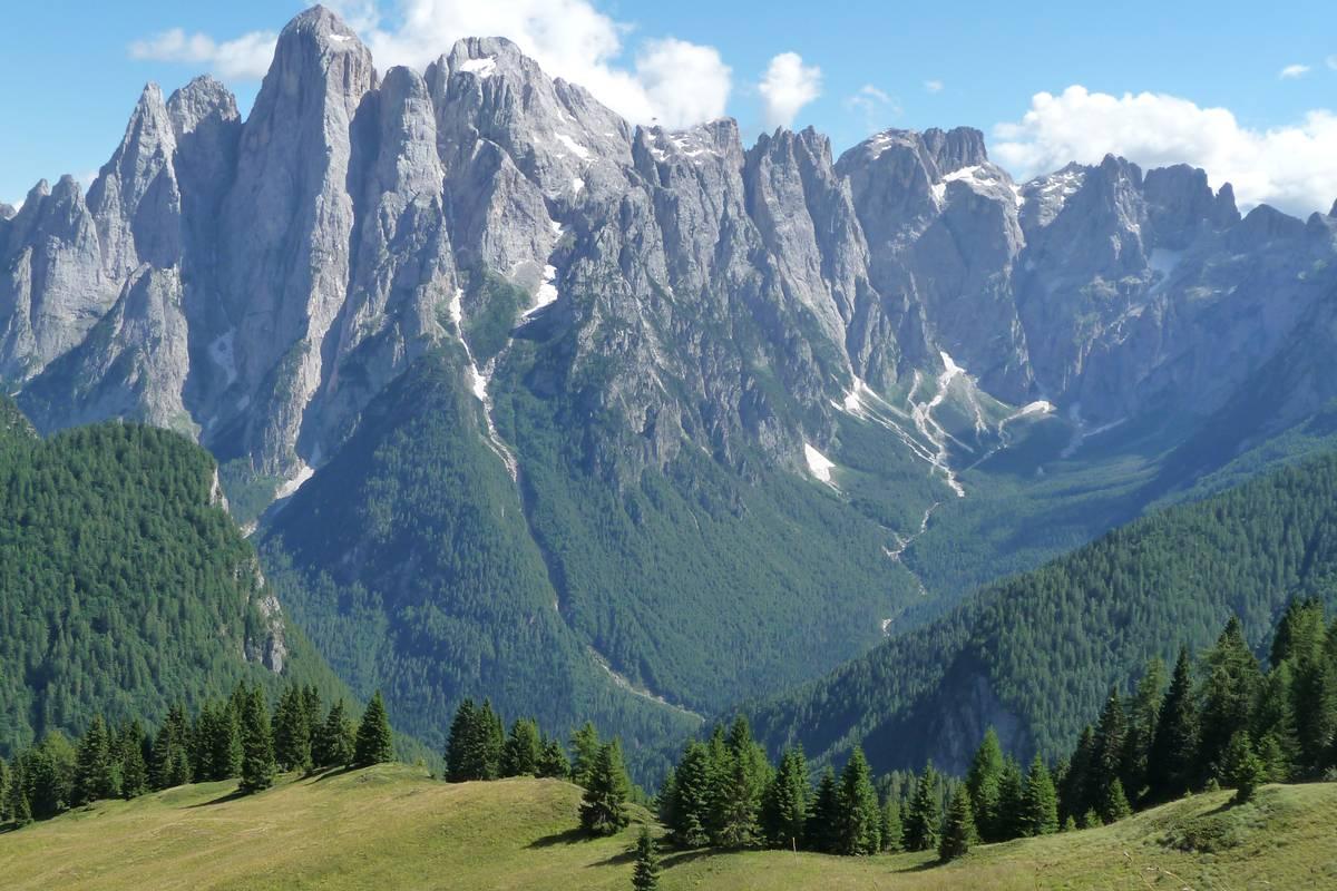 La Val d'Angheràz dai dintorni di F.lla Caoz con lo Spiz d'Agnèr nord (2544m s.l.m.) e sud (2615 m s.l.m.), l'Agnèr (2873 m s.l.m.), la Torre Armena (2652 m s.l.m.), i Lastei d'Agner (2844 m s.l.m.), il Sass de le Caore (2762 m s.l.m.), il Sass de le Snare (2668 m s.l.m.), la Cima della Beta (2723 m s.l.m.), la Croda Granda (2849 m s.l.m.) e le Cime del Marmor fra le quali si riconosce il piccolo glacionevato del Marmor. L'intera catena è sviluppata (per lo meno nelle parti superiori) nella Formazione dello Sciliar, i canaloni che intagliano profondamente la catena si sono sviluppati in corrispondenza delle fasce di roccia fratturata per azione di faglie trascorrenti a sviluppo verticale (foto D.G.)