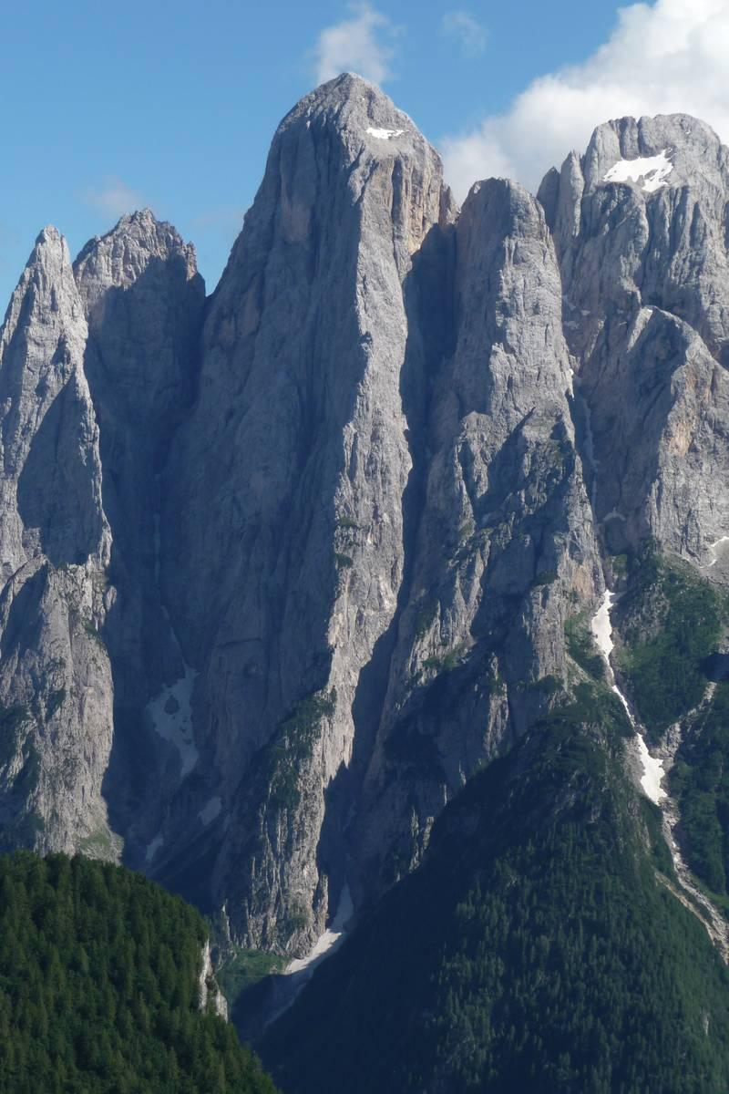 Lo smisurato spigolo nord dell'Agnèr da F.lla Caoz (foto D.G.).