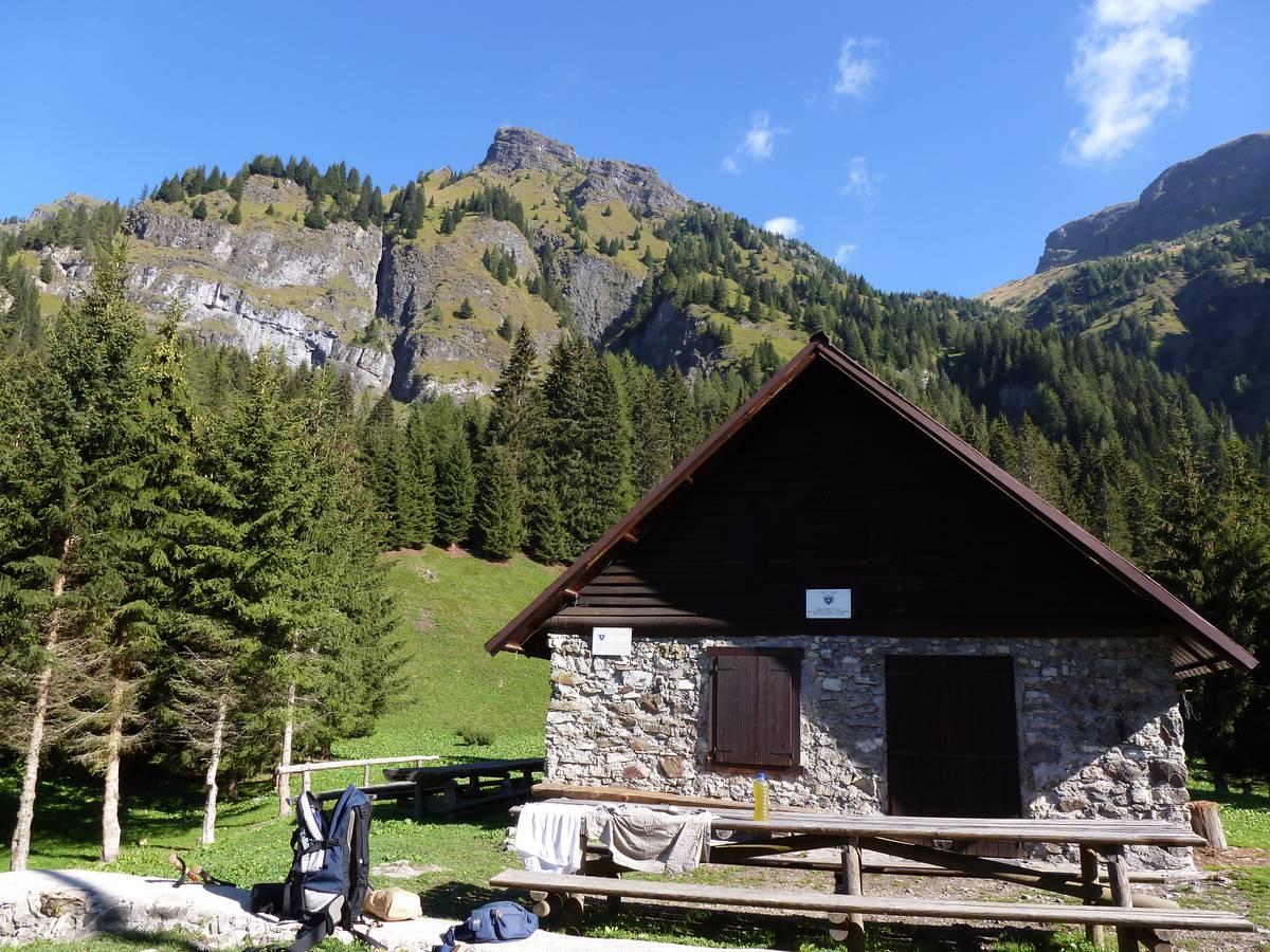Malga Malgonera con sullo sfondo la parete di lave a cuscino. In alto il Monte Caoz modellato nella Formazione del Monte Fernazza (foto D.G.).