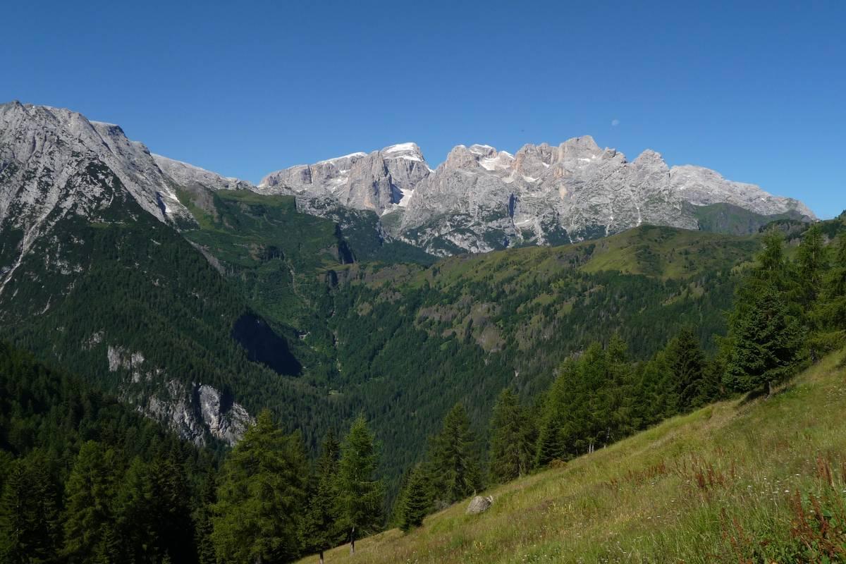 Da Casera Gardès la Val di Reiane, valle glaciale (sospesa) ubicata proprio lungo il contatto fra la scarpata di scogliera, in Formazione dello Sciliar, delle Pale del Balcon (sinistra) e le rocce vulcaniche e vulcano-clastiche del Sass Negher e della dorsale Cesurette-Palalada-Caoz; lungo il fondovalle affiora la F. di Livinallongo. Con la scomparsa dei ghiacciai frane e corsi d'acqua, operando su un substrato roccioso vario e complesso, hanno prodotto scarpate, ripiani, cascate, canaloni e brevi forre. Sul fondo la catena settentrionale delle Pale con Cima Vezzana, Cima dei Bureloni, Focobon, Cima di Campido e M. Mulaz (foto D.G.).