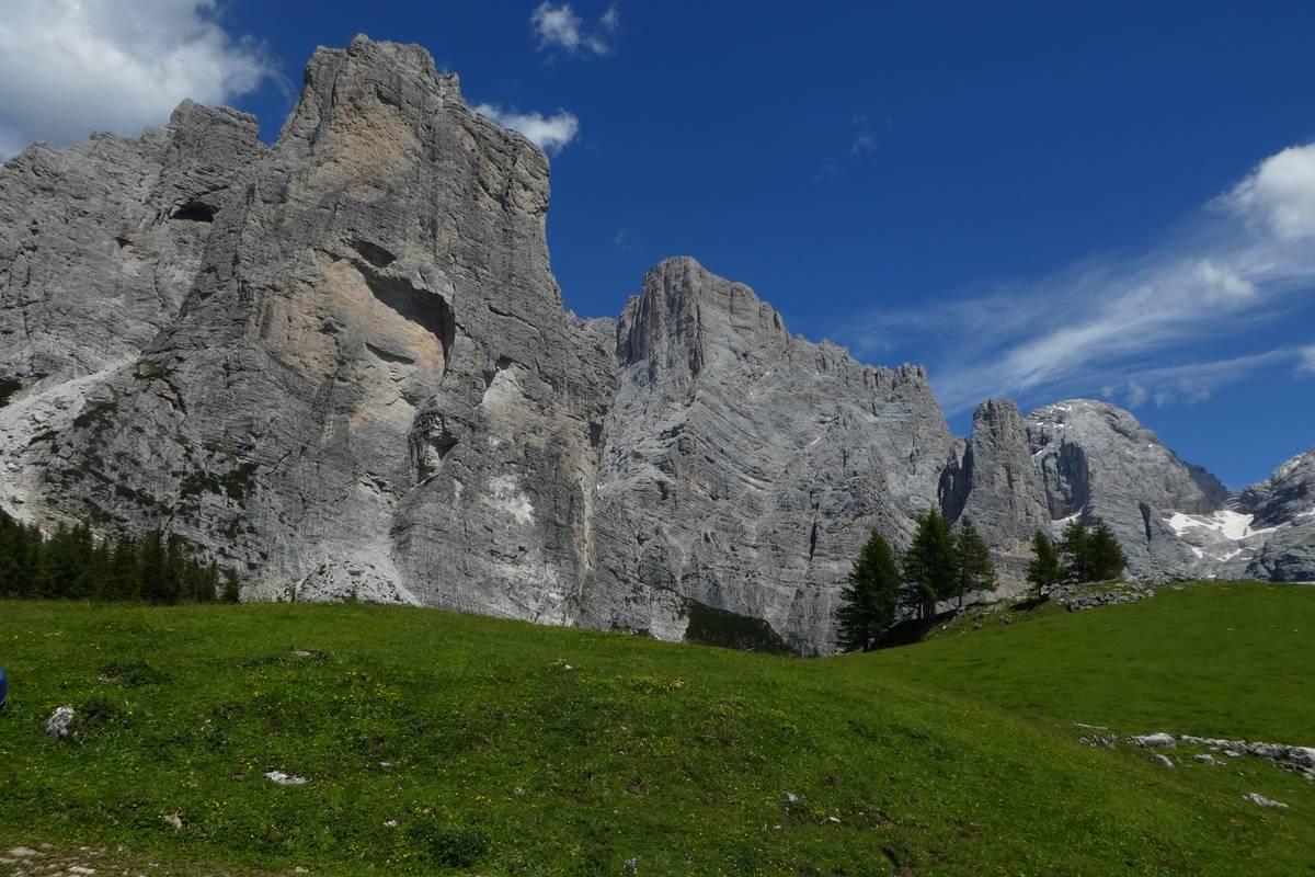 Torre Venezia con la nicchia di distacco della frana di crollo del 1917, in primo piano a destra il Col del Camp (foto D.G.).