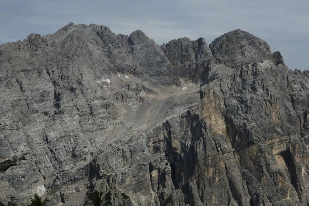 Il gruppo della Moiazza con il Van delle Nevere che ospita ancora un piccolo glacionevato, ben visibili gli argini morenici della piccola età glaciale (foto D.G.).