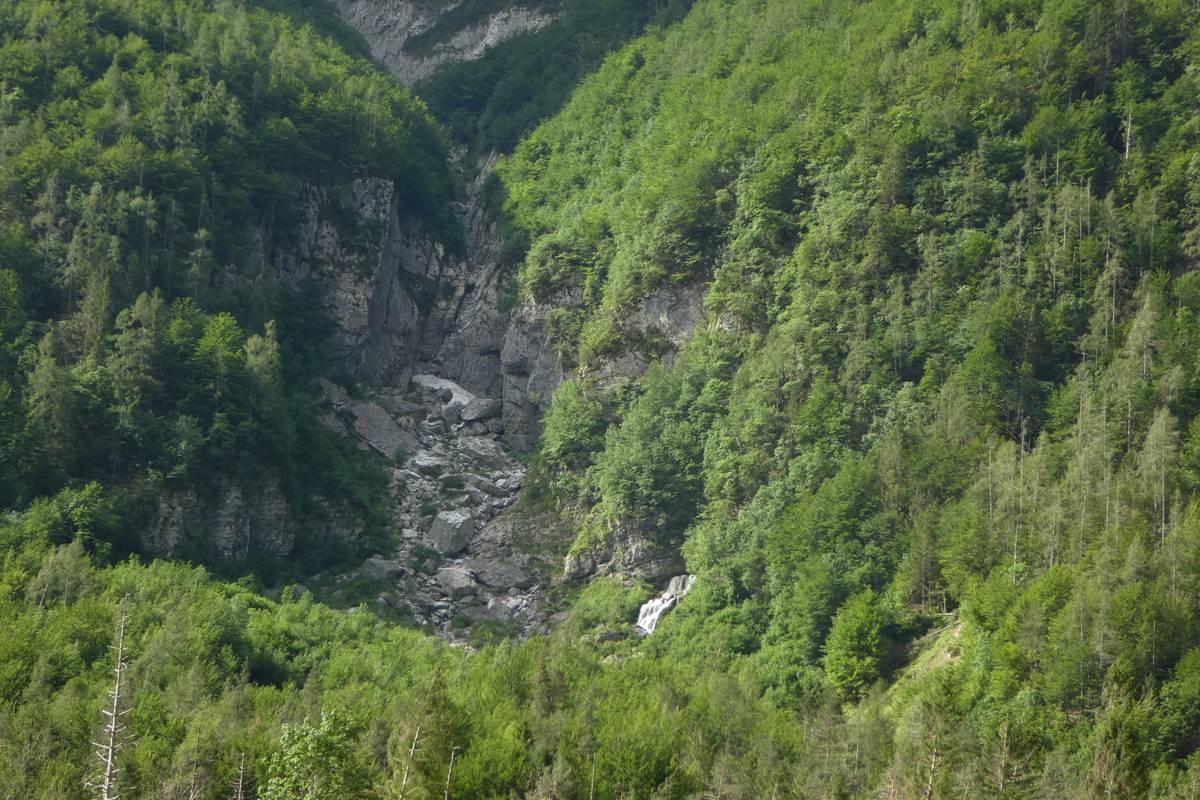 Parte inferiore del Livinàl dell'Acqua con la sorgente della Scafa-San Lucano, la parete rocciosa è scolpita nella Formazione del Contrin (foto D.G.).