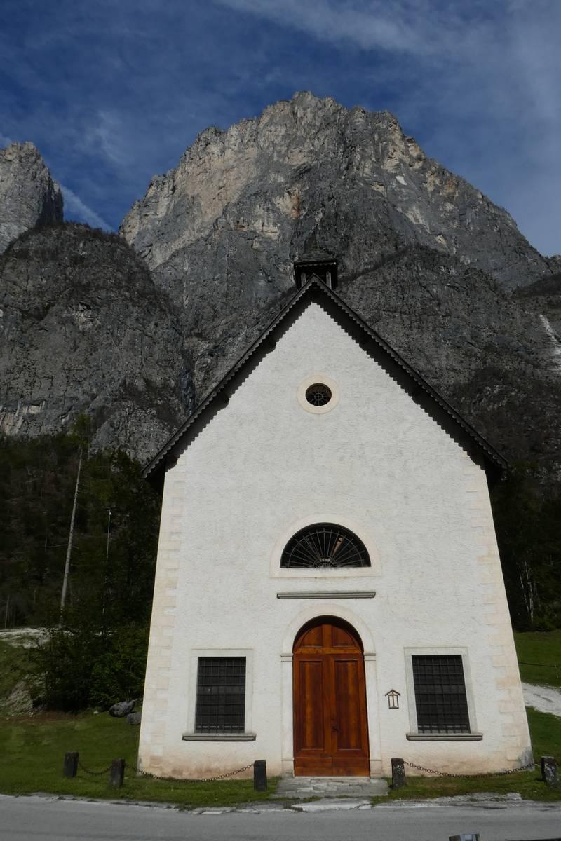 Chiesa di San Lucano con dietro il Boral di San Lucano (foto D.G.).