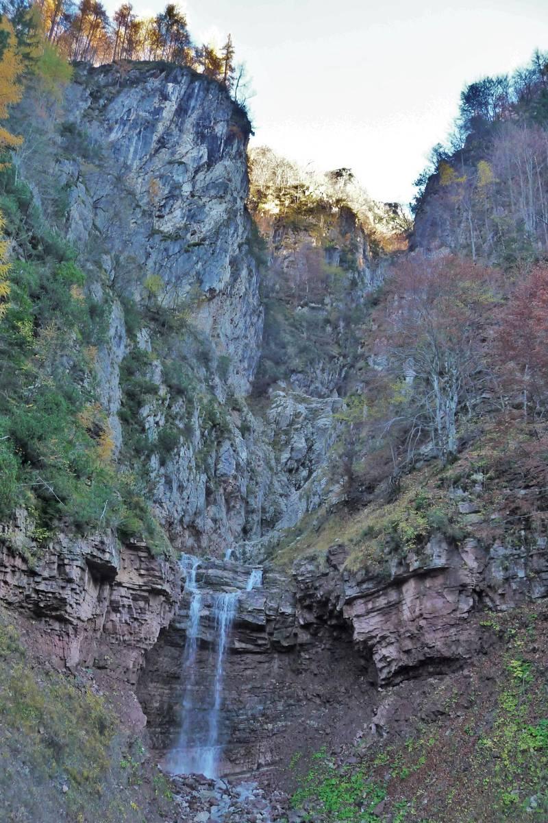 Boral delle Scandole, cascatella negli strati della Formazione di Werfen, la parete rocciosa a sinistra è costituita da Formazione del Contrin a contatto tettonico (faglia trascorrente) con la Formazione di Werfen (foto D.G.).