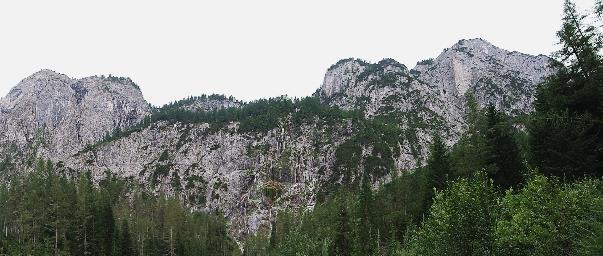 Freistehende Felsen der Karnischen Alpen aus Dolomitgestein am Ende des Winklertals