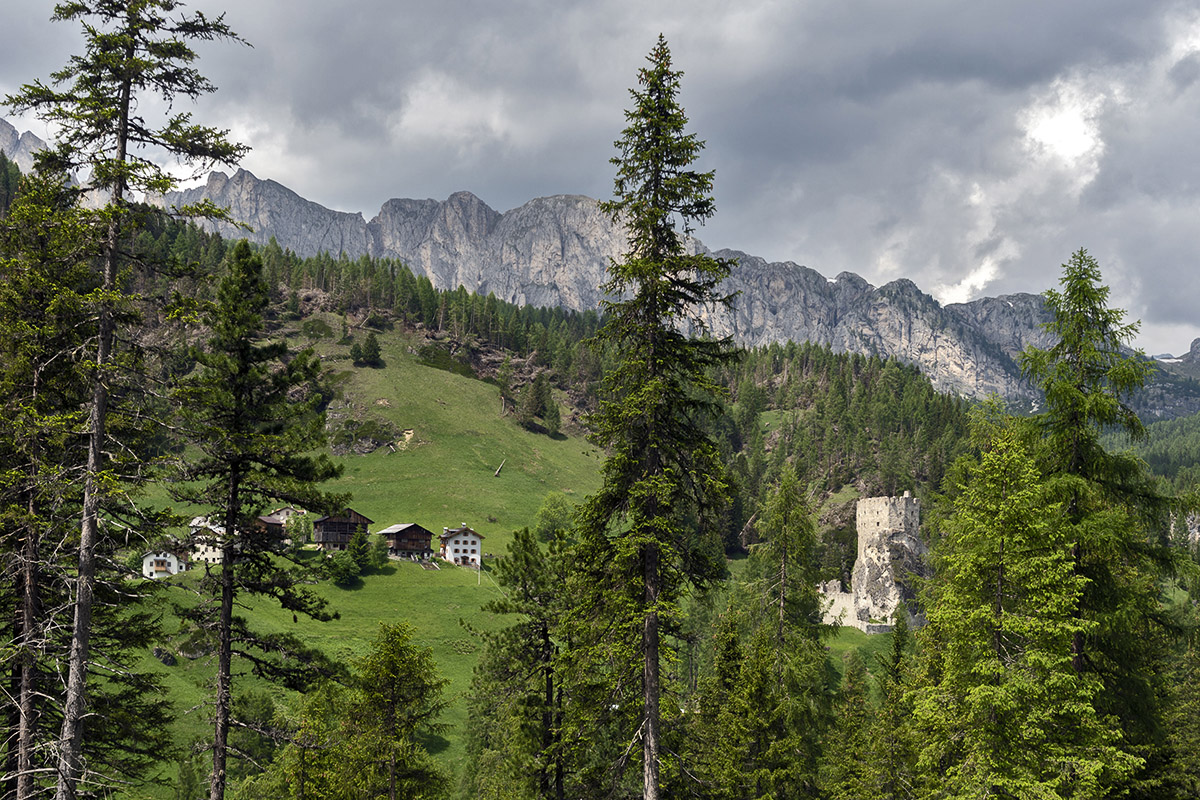 Schloss Andraz und Andraz Dorf (foto von Giacomo De Donà)