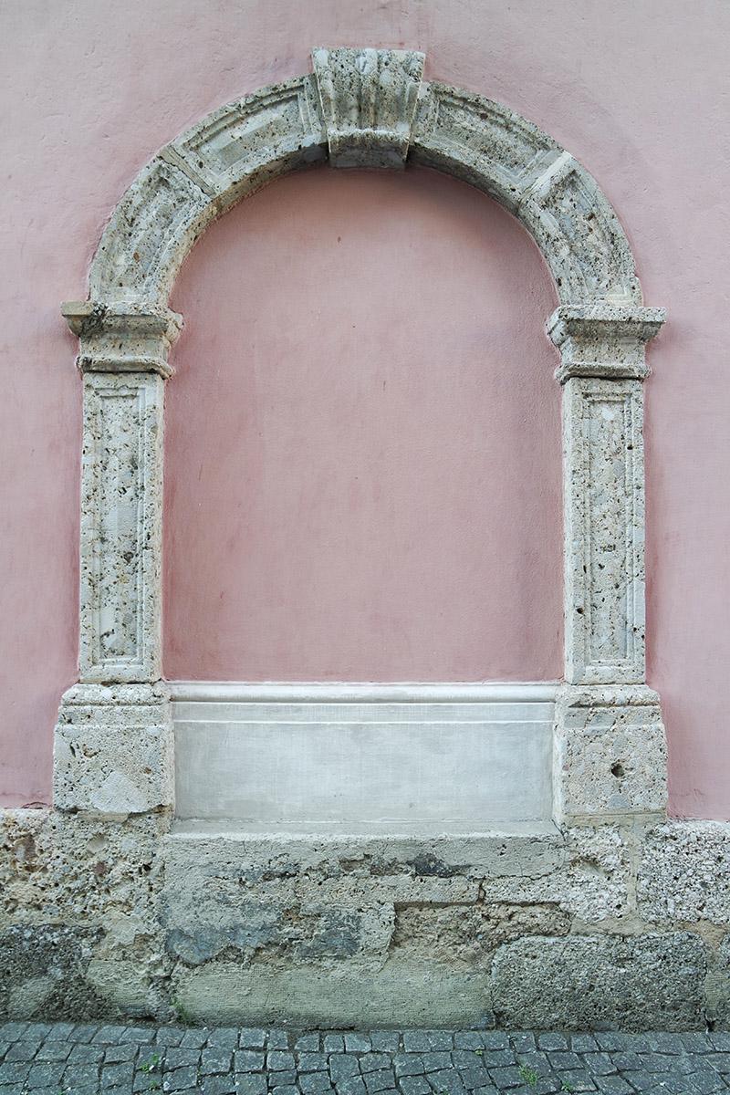 Una cornice di porta in breccia di Höttinger