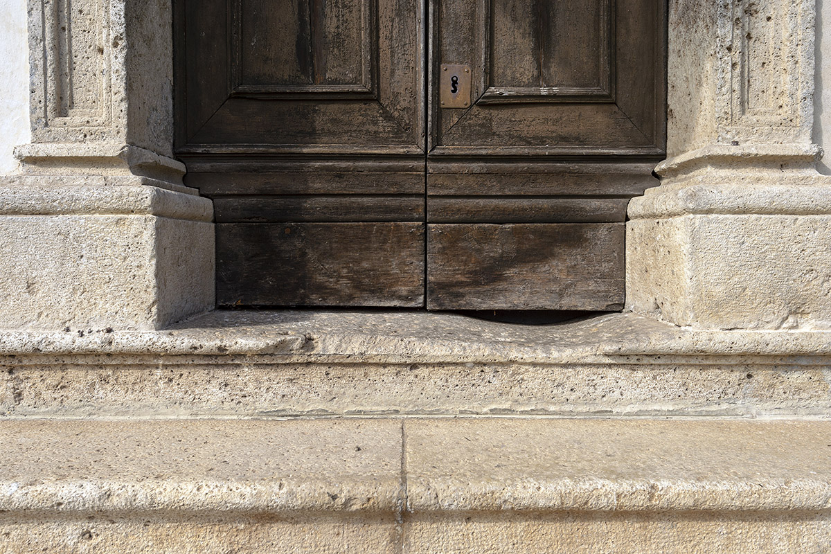 The old side doorway in Dolomia (photo by Giacomo De Donà)