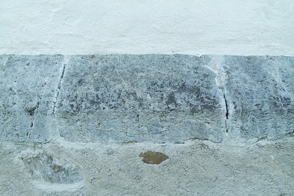 Pietre da costruzione dolomitiche lavorate alla base della facciata esterna.
