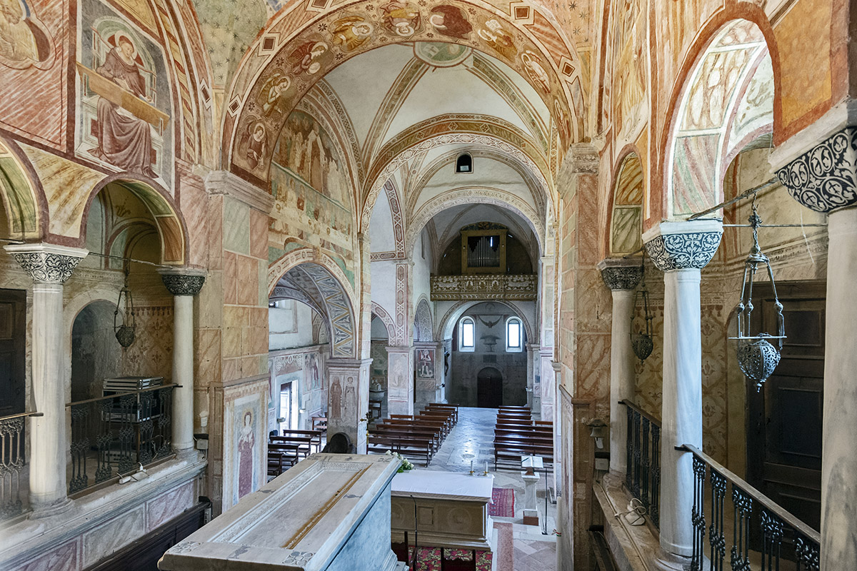 The apse with ten capitals (photo by Giacomo De Donà)